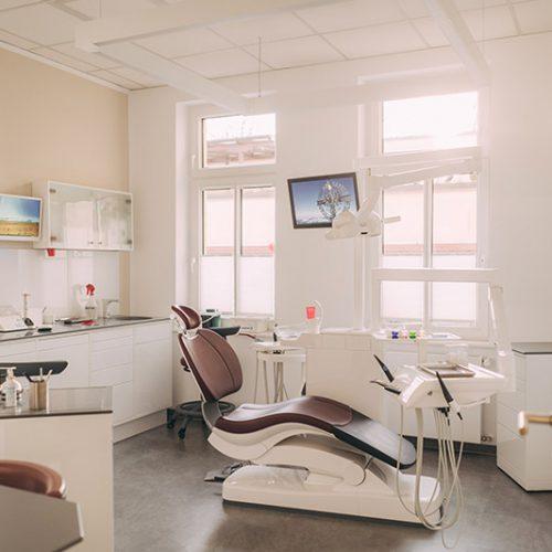 Großes Behandlungszimmer der Zahnarztpraxis Dr. Henning Frank in Haldensleben.